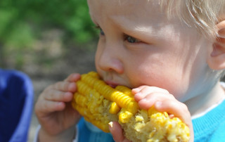 Child eating sweetcorn - Covid-19 - Paris helps families pay for organic food