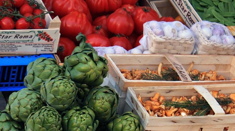 Organic market report - UK enjoys major boost to organic food - organic food market stall